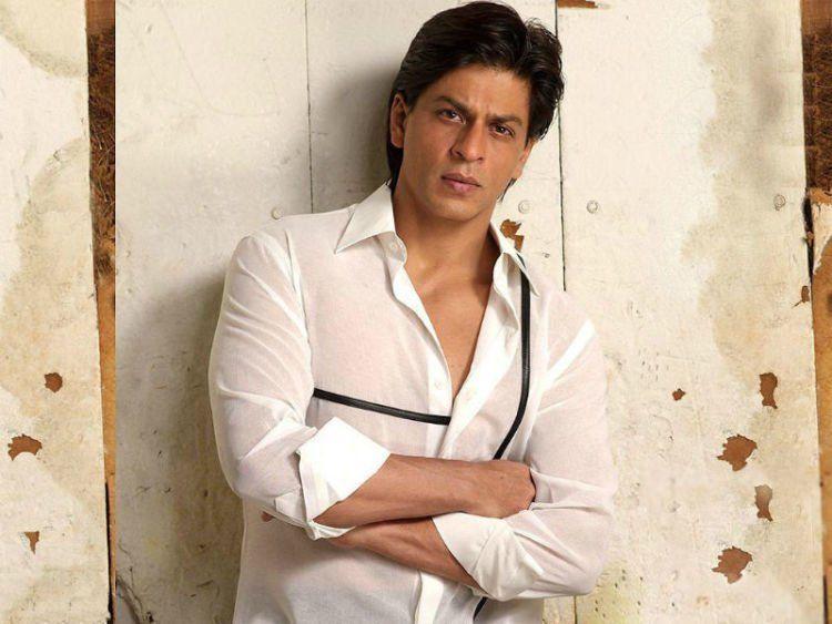 Om Shahrukh Khan juga digulung kemejanya
