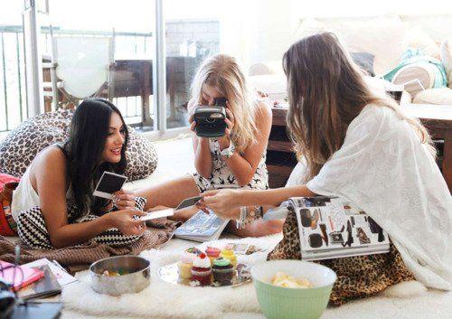 melakukan hobi bersama teman-temanmu