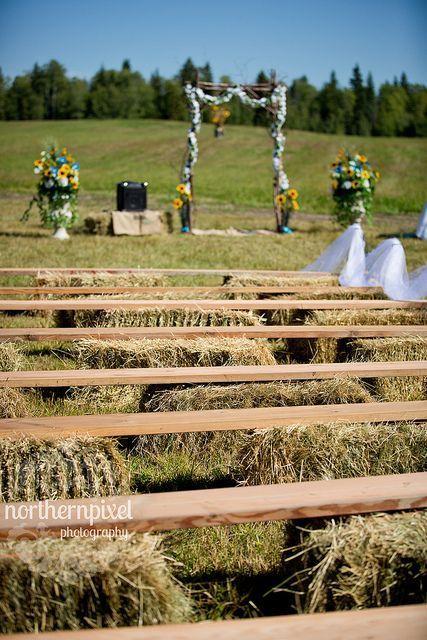 tinggal pakai papan dan jerami untuk tempat duduk saat upacara pernikahan!