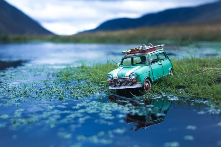 hijaunya mobil yang senada dengan hijaunya rerumputan