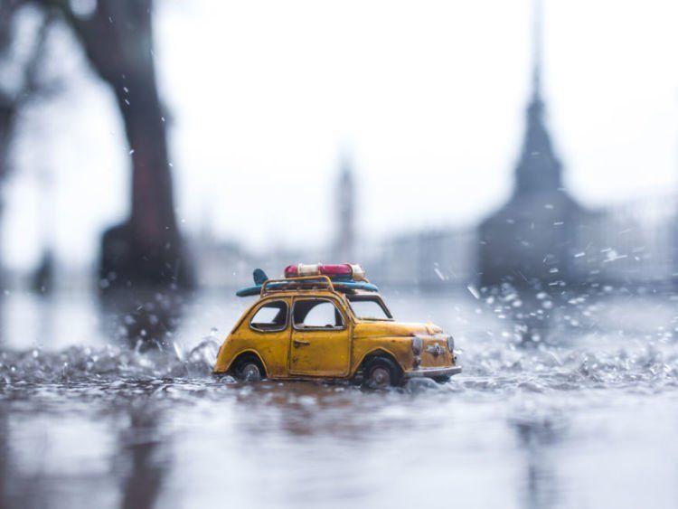 melaju di jalanan yang basah