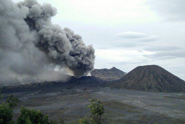 Bromo masih erupsi