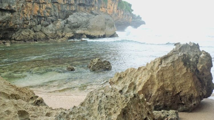 sudut pantai via vhandojourney.blogspot.co.id