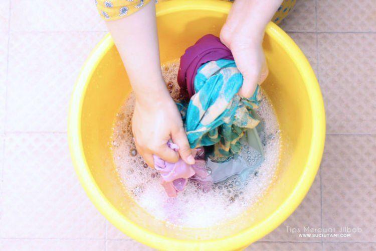 kucek pakai tangan sendiri