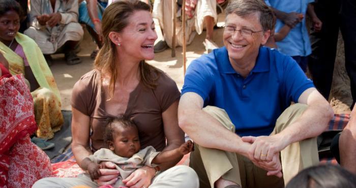 Bill Gates ketika mengunjungi pengungsi di India.