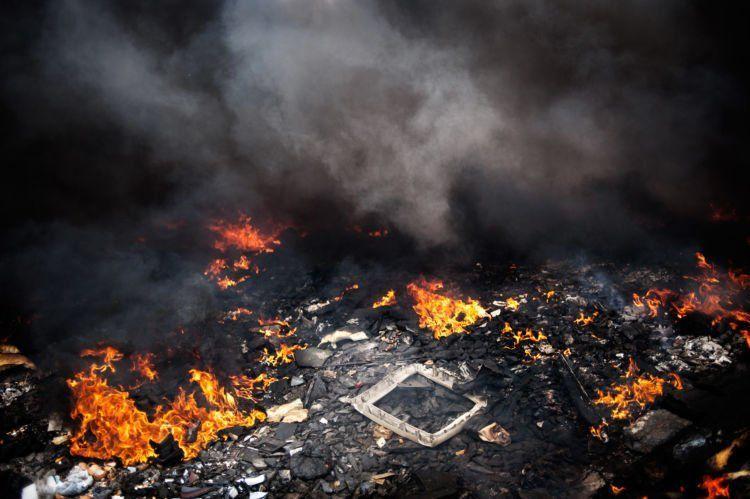 Jelas berbahaya sekali asap hasil pembakaran tersebut.