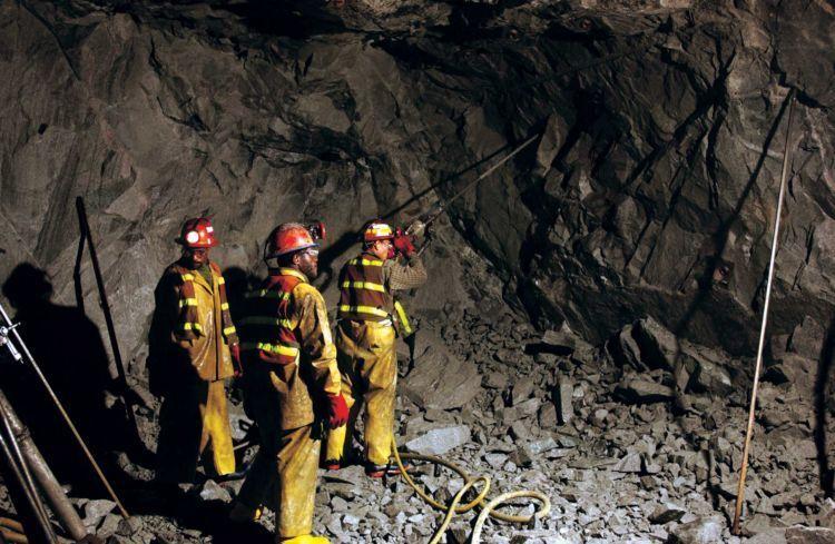 para penambang di dalam gua pertambangan