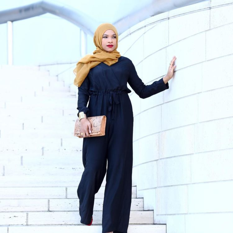 jumpsuit hitam dan hijab krem yang didesain oleh Ibtihaj.
