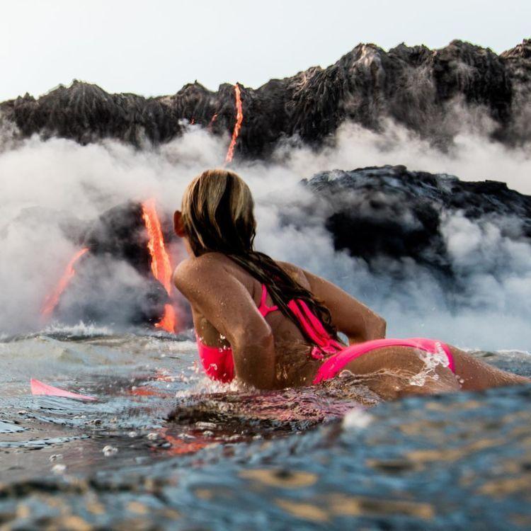Alison Teal yang berenang dekat lava