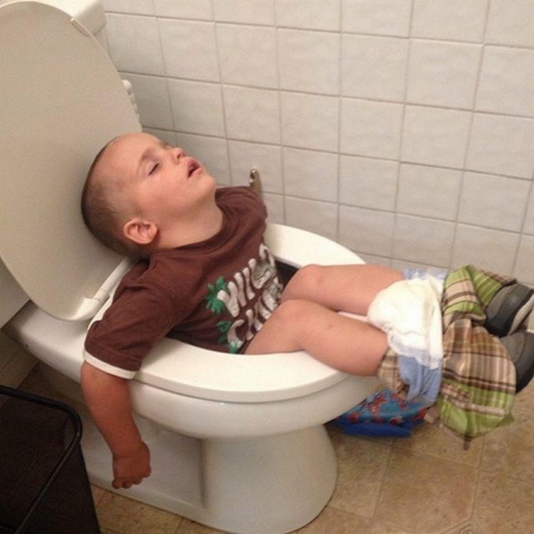hhuhu ketiduran di toilet :(