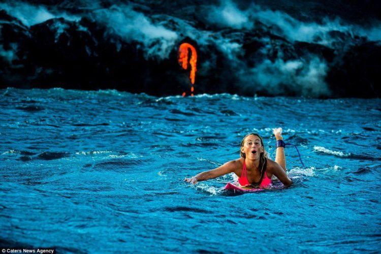 Berenang dengan lava di belakangnya