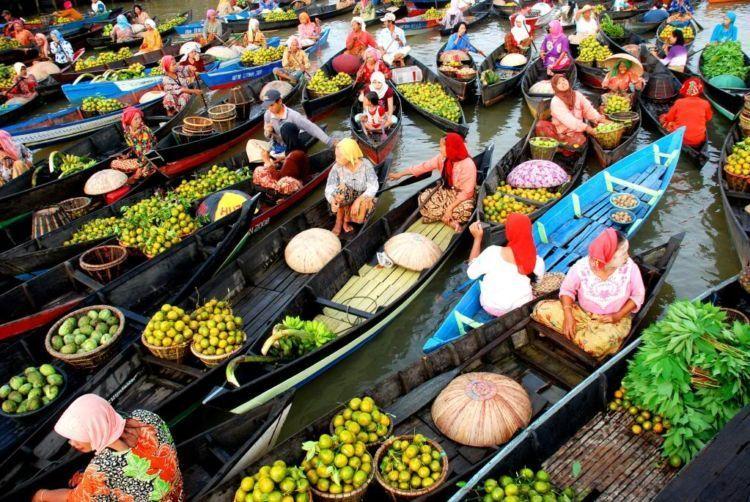Pasar Terapung di kota seribu sungai