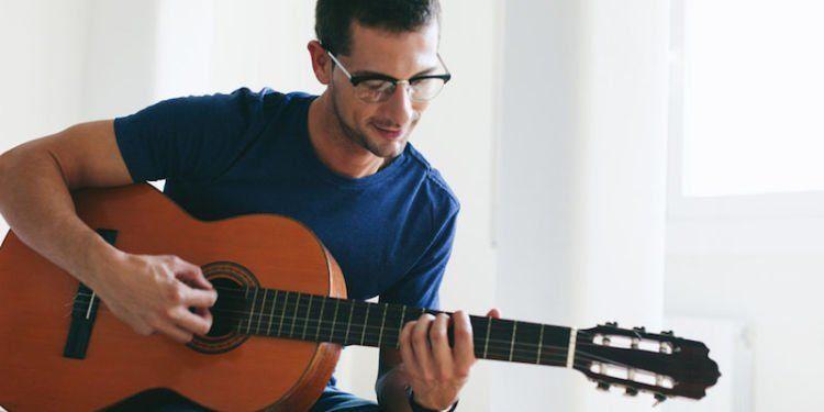 Kalau hobi main gitar klasik