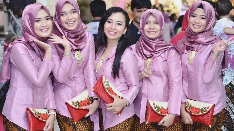 10 Inspirasi Gaun Kebaya Bridesmaid Berhijab. Sopan dan ...