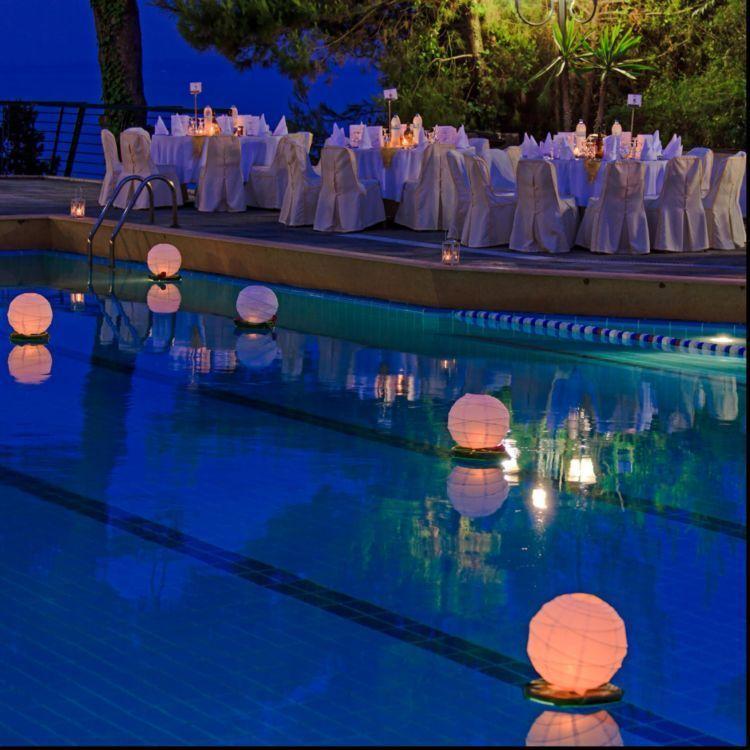 Pernikahan pinggir kolam bakal indah dan berkesan kalau for Dekorasi pool party