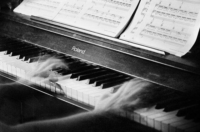 Pada malam-malam tertentu kerap terdengar melodi kematian.