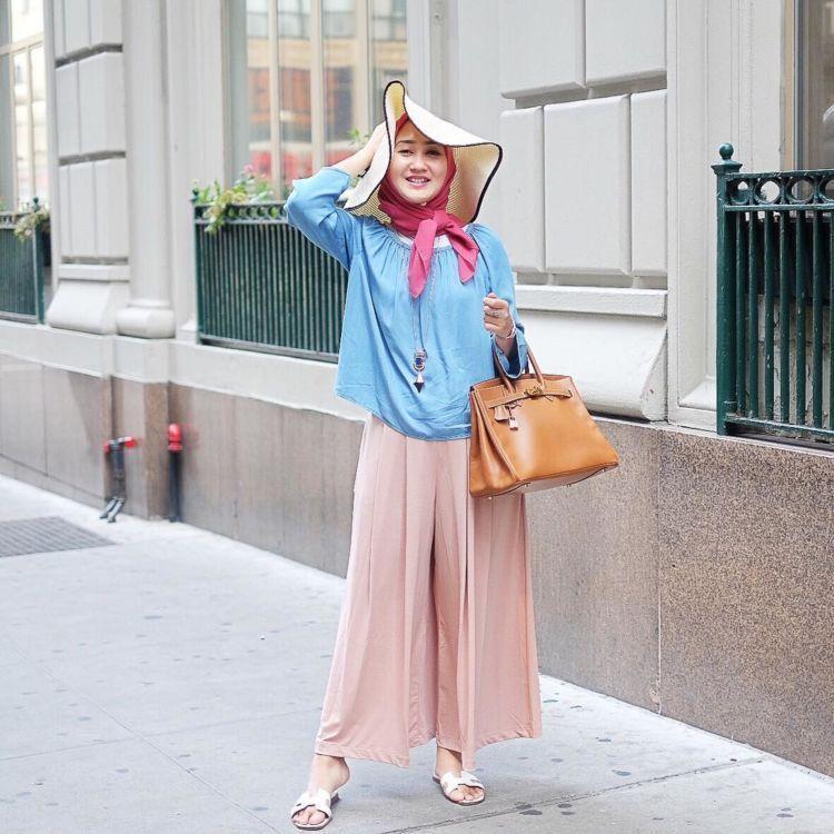 Tapi, pakaian yang seperti ini bisa disebut jilbab juga nggak ya? Karena tidak menonjolkan lekuk tubuh dan tidak transparan...