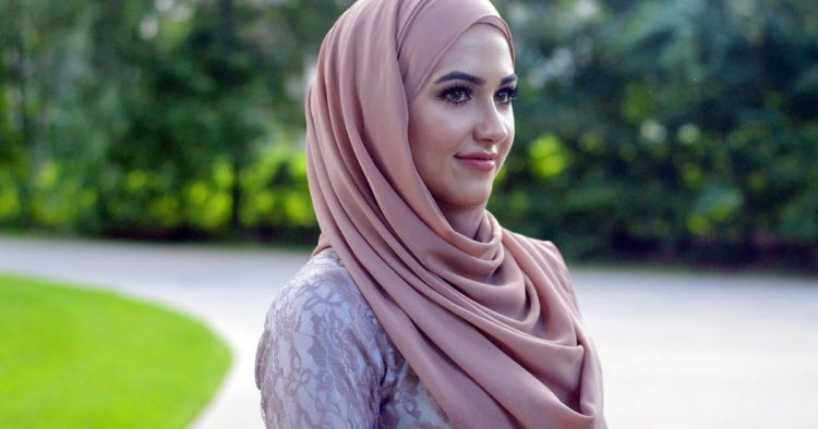 shayla, hijab segipanjang yang dipin di daerah bahu