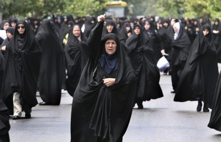 wanita iran memakai chador