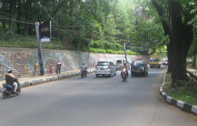 Dulu, di jalan ini pernah terjadi kecelakaan yang menewaskan Uci