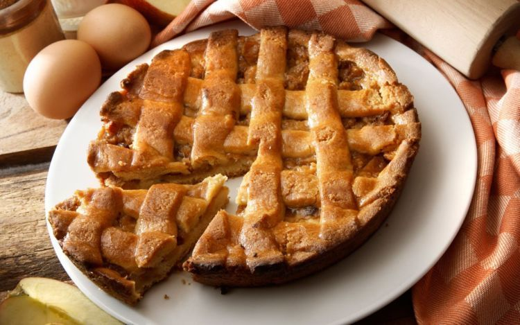 Apple Pie klasik dengan topping anyaman pastry