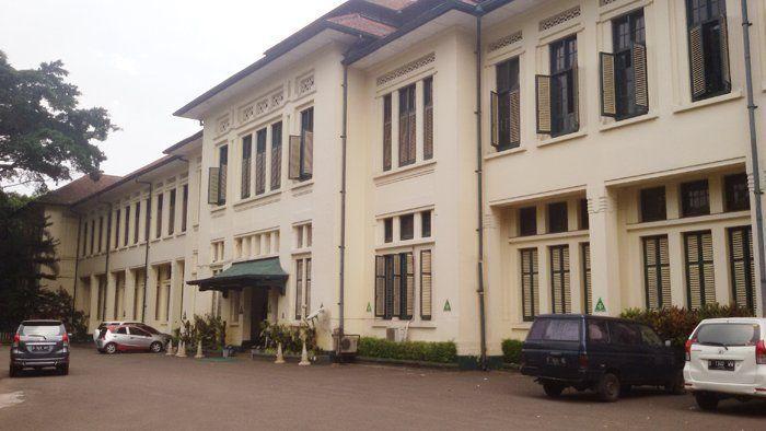 Dua sekolah ini emang satu gedung, dan gedungnya tua banget