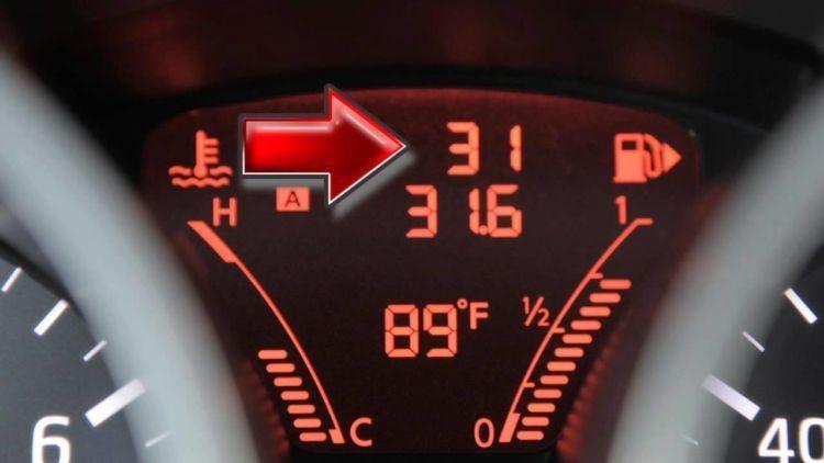 penunjuk arah pada indikator bensin mobil