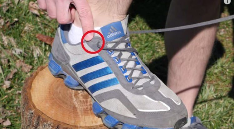 dua lubang pada running shoes