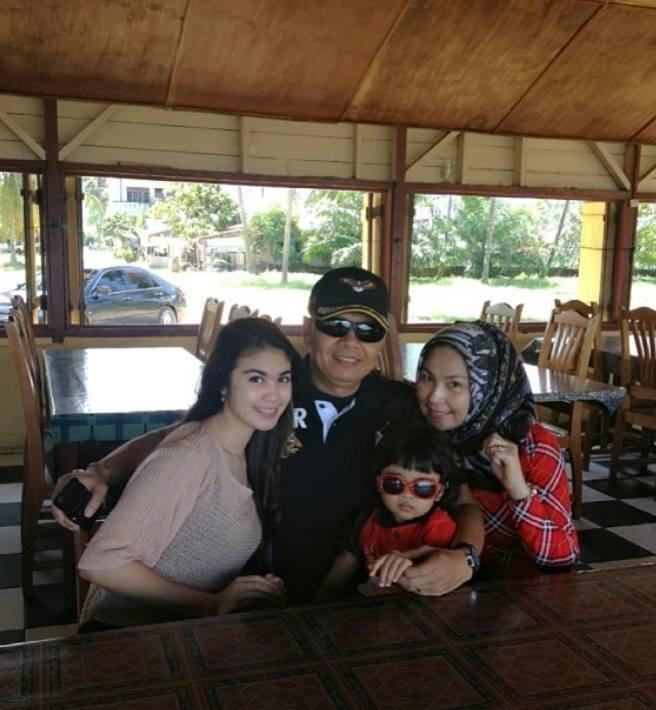 Ariska bersama keluarga