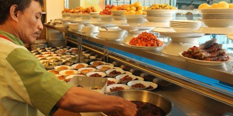 Nggak heran kalau banyak restoran Padang yang bertahan hingga puluhan tahun.