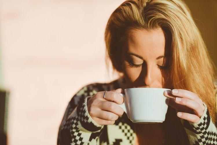 minum teh atau kopi boleh, tapi jangan lupa air mineral lebih banyak