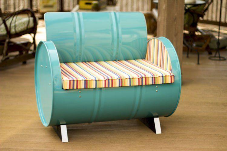 Contohnya drum yang disulap menjadi sofa unik ini.