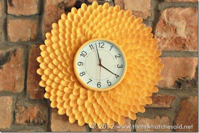 Jam dinding dari sendok plastik