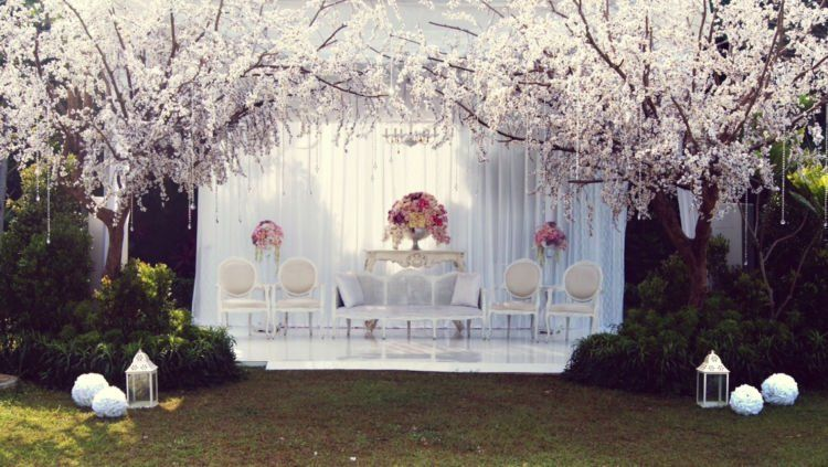 8 pilihan kursi pelaminan cantik nyaman dan yang pasti for Dekorasi party di hotel