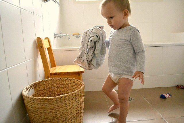 Menaruh baju kotor pada tempatnya.