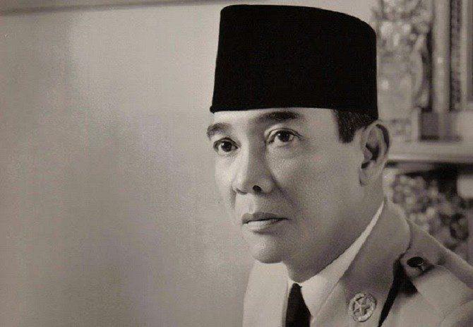 Pernah menolak cinta Soekarno.