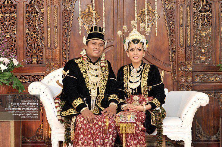 Pernikahan Adat Jawa Selly Dan Adit Di Yogyakarta: Alasan Kenapa Baju Pengantin Jawa Berwarna Hitam. Padahal