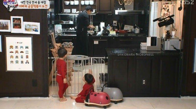 Meski kaya, Song Il Kook tetap masak sendiri