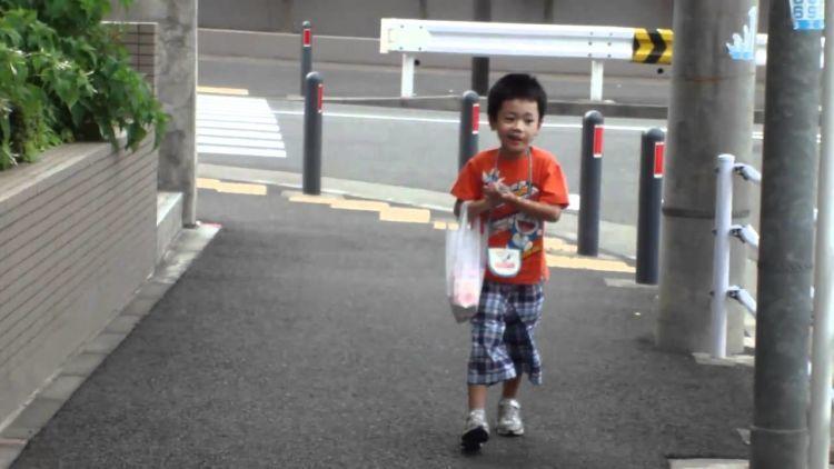 Anak-anak di Jepang kerap diberi tugas kecil.