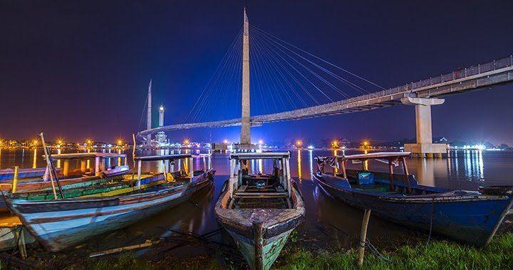 Banyak perahu yang 'parkir' di bantaran kali Batanghari.