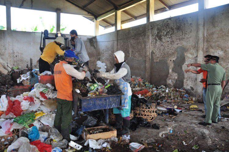 Pemerintah dan masyarakat harus bersatu mengatasi masalah sampah