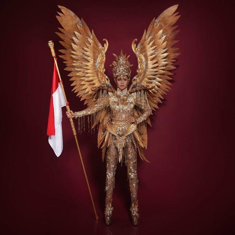 Kezia Warouw memakai kostum nasional