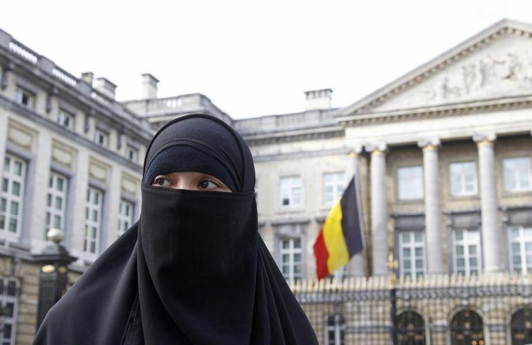 Warga muslim Belgia menuntut haknya, tapi sampai sekarang larangan masih berlaku