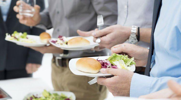 makan-minum-sambil-berdiri-dalam-pesta-menurut-etika-islam