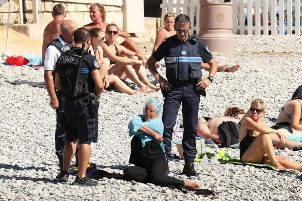 Petugas kepolisian Perancis 'menertibkan' pemakai burkini