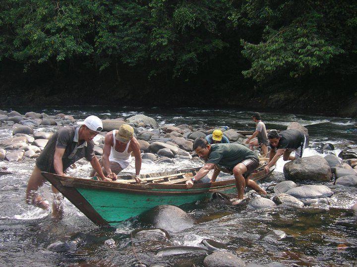 sungai masih jadi lalu lintas utama antar desa