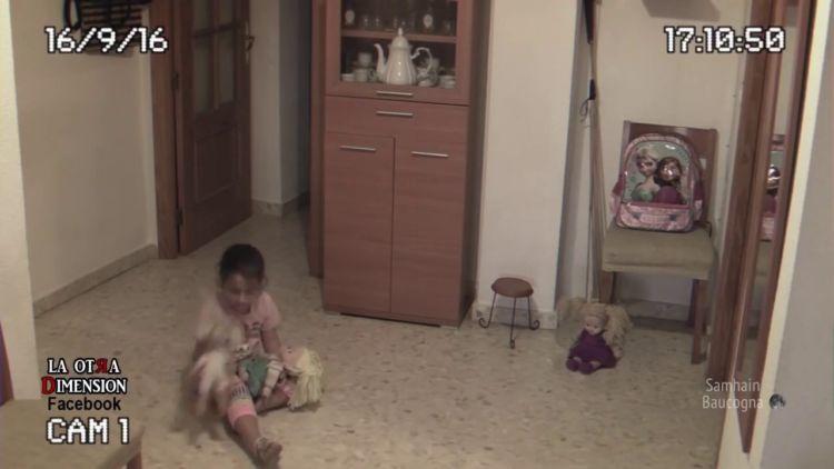 Ini saat si gadis bermain dengan bonekanya.