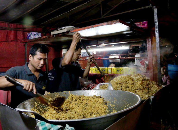 Seni memasak nasi goreng adalah seni mengolah makanan sisa