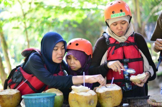 Kelapa muda setelah rafting di sungai Elo