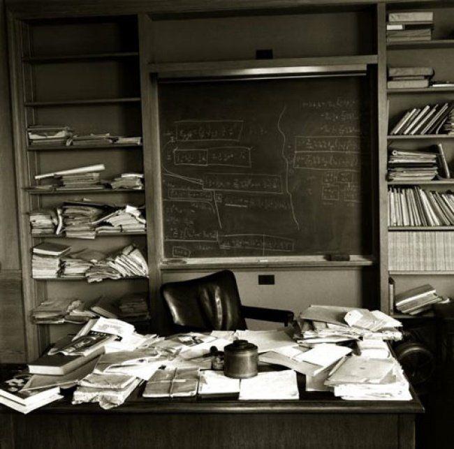 Meja Albert Einstein yang ternyata juga berantakan